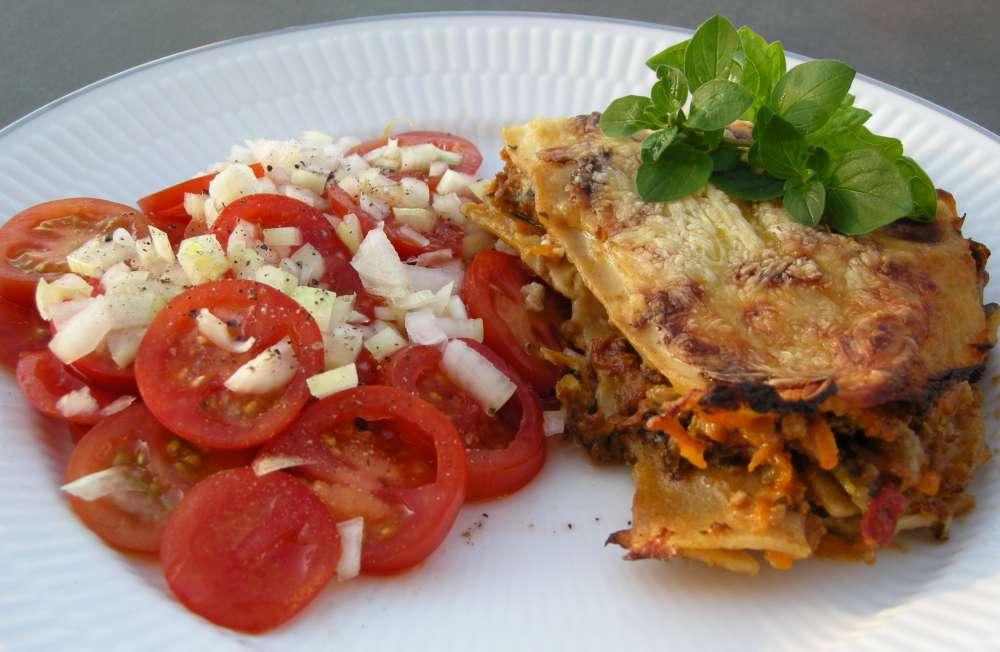 Lasagne med tomatsalat