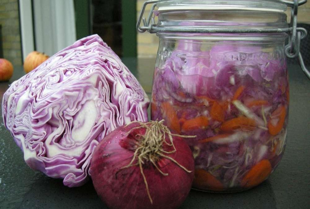 Mælkesyregærede grønsager er kommet på mode igen og det er så nemt.