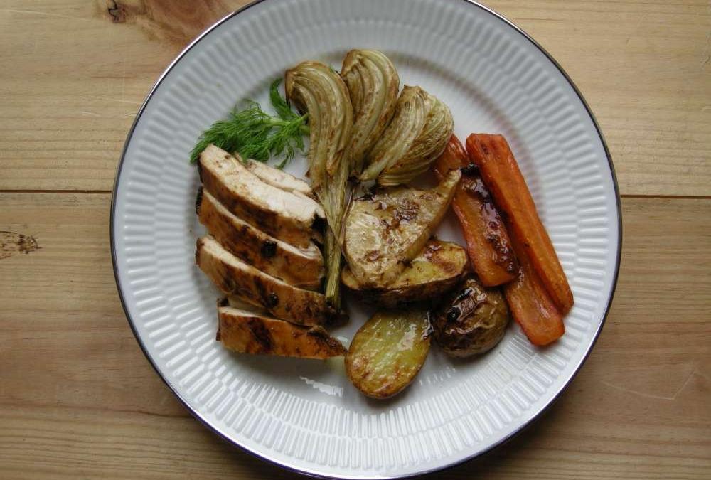 Ølmarineret kylling med ovnbagte grønsager