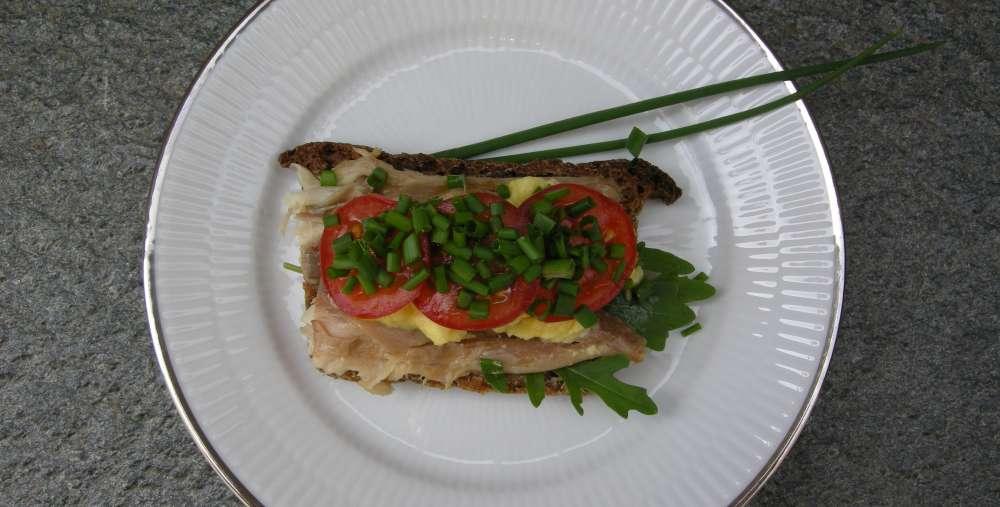 Røget makrel, godt rugbrød, røræg og det grønne drys – forårsfrokost