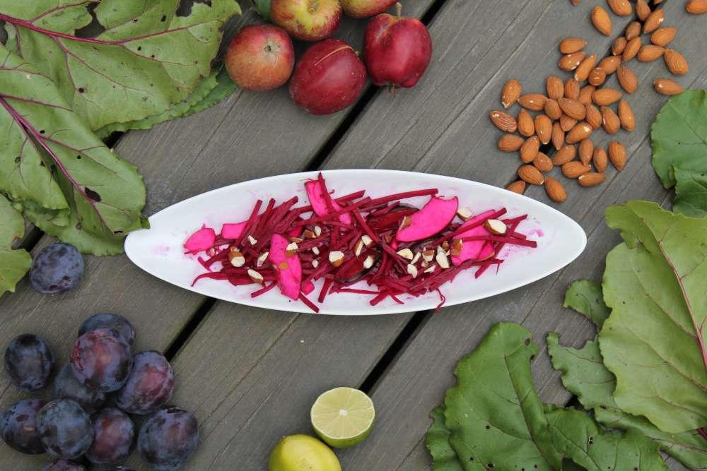 Septembersalat med rødbeder, æbler, blommer og ristede mandler